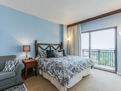 Photo for Updated 11th-Floor Studio w/ Rooftop Pool, Spa & Private Beach Access