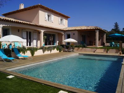Photo for Provencal villa air-conditioned, village center on foot, swimming pool salt.