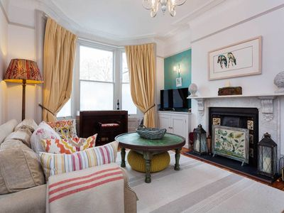 Photo for Grand townhouse, sleeping 5, with easy access to central London (Veeve)