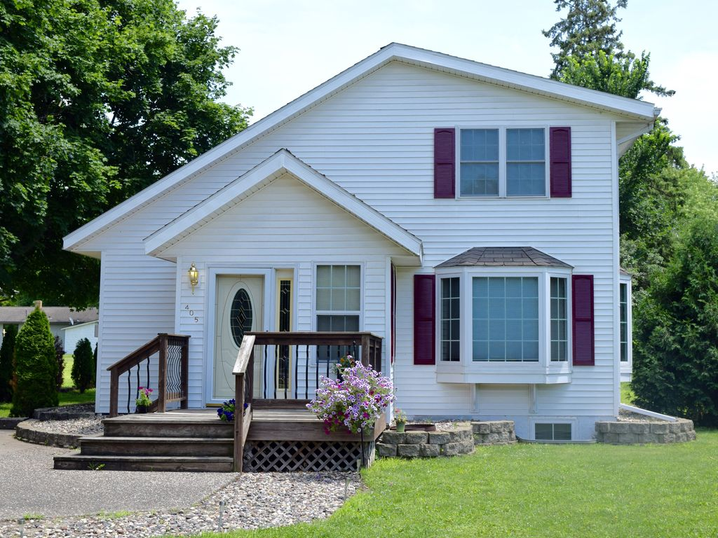 Beautiful home in pepin only 3 blocks homeaway pepin for Lake pepin cabin rentals
