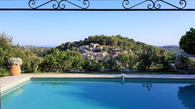Photo for Villa La Gaude, facing south, beautiful 180 ° view Hills, sea and old village