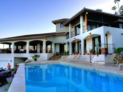 In Las Terrenas, leaning against the rock, the superb Tuscan villa overlooks the ocean