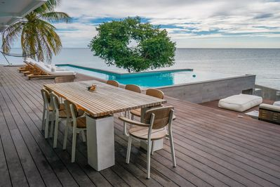 outdoor dinning table