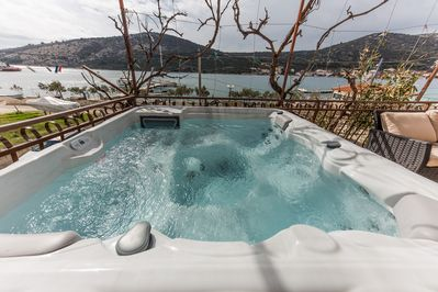 Seafront app with outdoor jacuzzi, 10 m from sea - Vinišće