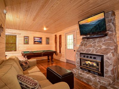 Over $700 in FREE TICKETS, Romantic, Pool Table, Hot Tub, Heart Jacuzzi, Internet, Gatlinburg/PF