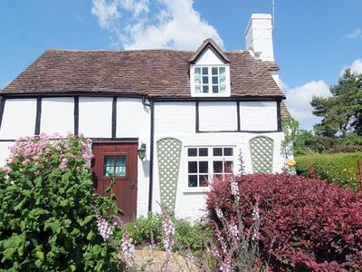 Photo for Chocolate-box pretty cottage, with Grade II Listing, in Shakespeare country