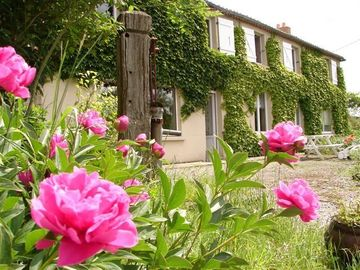 Large quiet property with ponds and indoor pool, near the Puy du Fou.