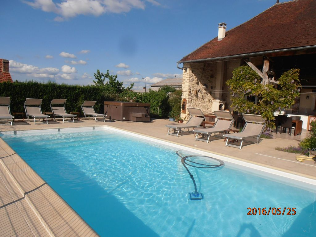 Maison de charme 4 near chablis 2 h paris piscine for Location piscine privee paris