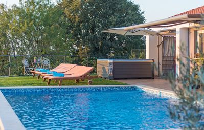 Photo for Modern Villa di Rovigno with Pool, Hot Tub and Sea View