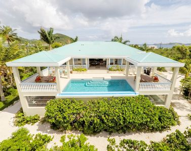 Luxury Ocean Front Villa! Infinity Edge Pool, Private Beach, Sunrise Views