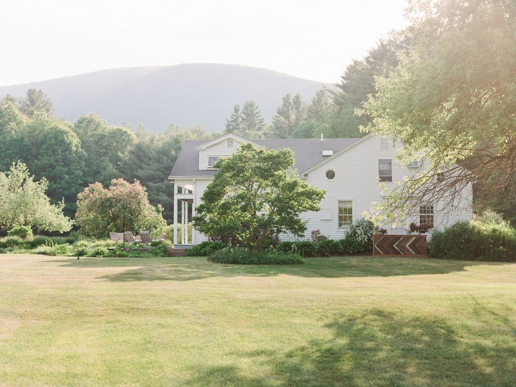 Beautiful berkshire home w tennis court close to skiing for Berkshire house
