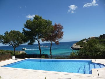 New Luxury Villa, 1st Line Sea and Beach, Large Infinity Pool with Whirlpool .