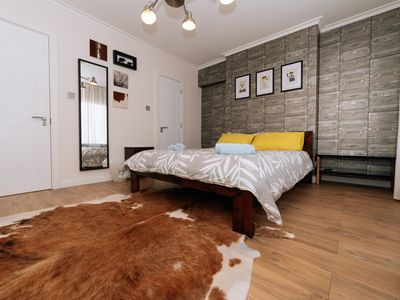 Photo for 5☆ Reviews ☆ 4 Floors ☆ 3 Bathrooms ☆ Sleeps 9 ☆ Just 30 mins to Central London