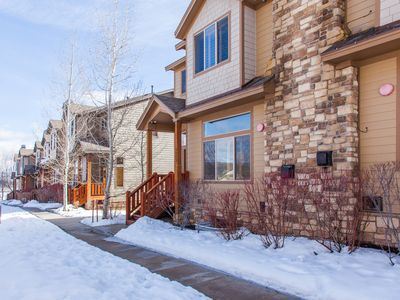 Upscale townhouse w/hot tub, pool & fitness room access!
