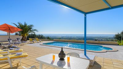Photo for Spacious 5-bedroom holiday villa in Seville province
