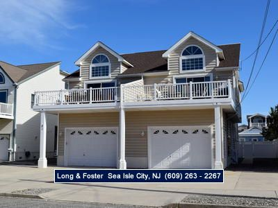 Photo for Beach Block townhouse. Ground level is a one car garage. Rear fenced in yard with enclosed shower.