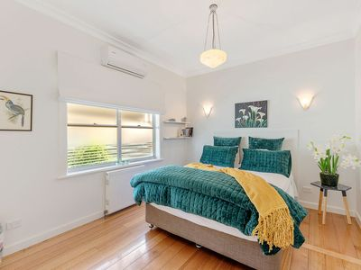 Photo for Luxury Wine Country Retreat - 5 min walk to CBD