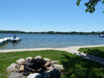 Family-friendly Comfortable Lakefront Cottage on beautiful Lake George