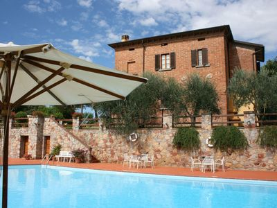 Photo for Cosy apartment in villa with WIFI, pool, TV, washing machine, pets allowed, close to Montepulciano