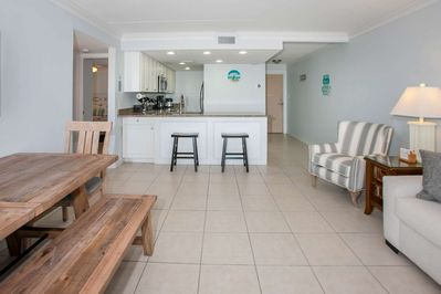 Breakfast bar w/seating for 2