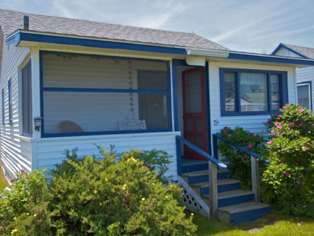 pet friendly family cottage right next to the pool and minutes from rh rentbyowner com Maine Cottage Interiors Maine Cabins