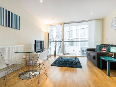 Photo for Contemporary 1 bed apartment on the Isle Of Dogs