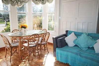 Lounge and dining area for six