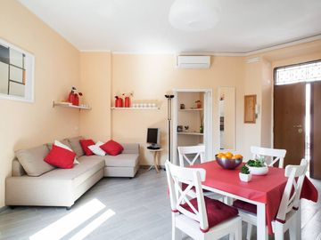 Rome Coliseum & Termini- brand new with balcony, historical centre, in front of antiques romans walls!