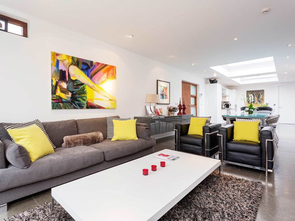The art atrium a pristine and stylish family home with for Pristine garden rooms