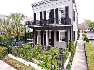 Elegant, Luxuriously Furnished Historic Property In The Garden District Sleeps 4