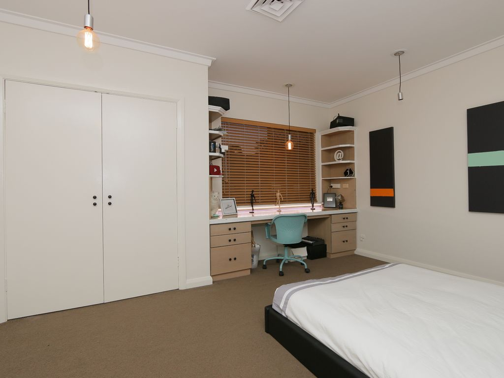 SPACIOUS PERTH LUXURY PROPERTY SLEEPS 15 + POOL