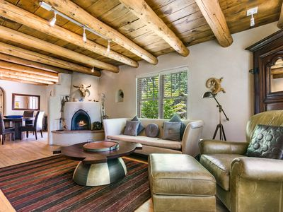 La Luz- Luxurious East Side Adobe, Hot Tub and Kiva Fireplace, Walk Everywhere