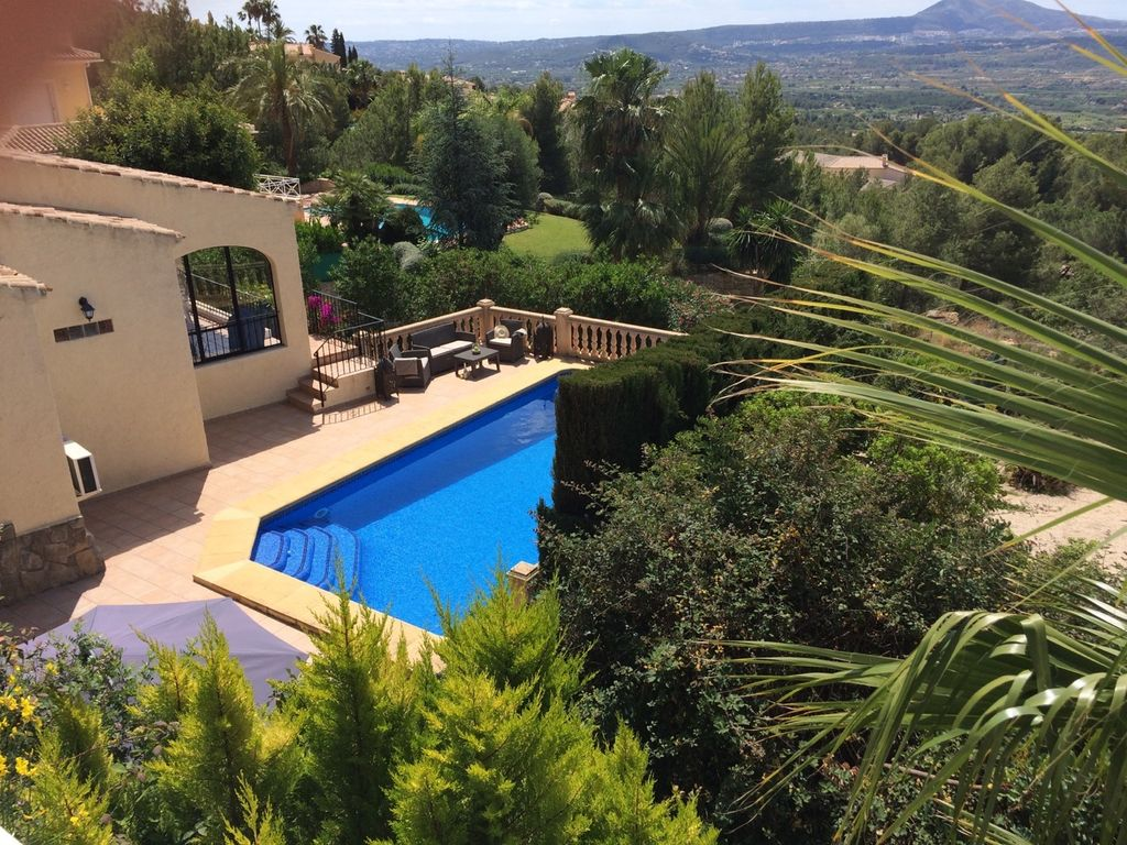 Villa With Private Pool Set In Pretty Gardens