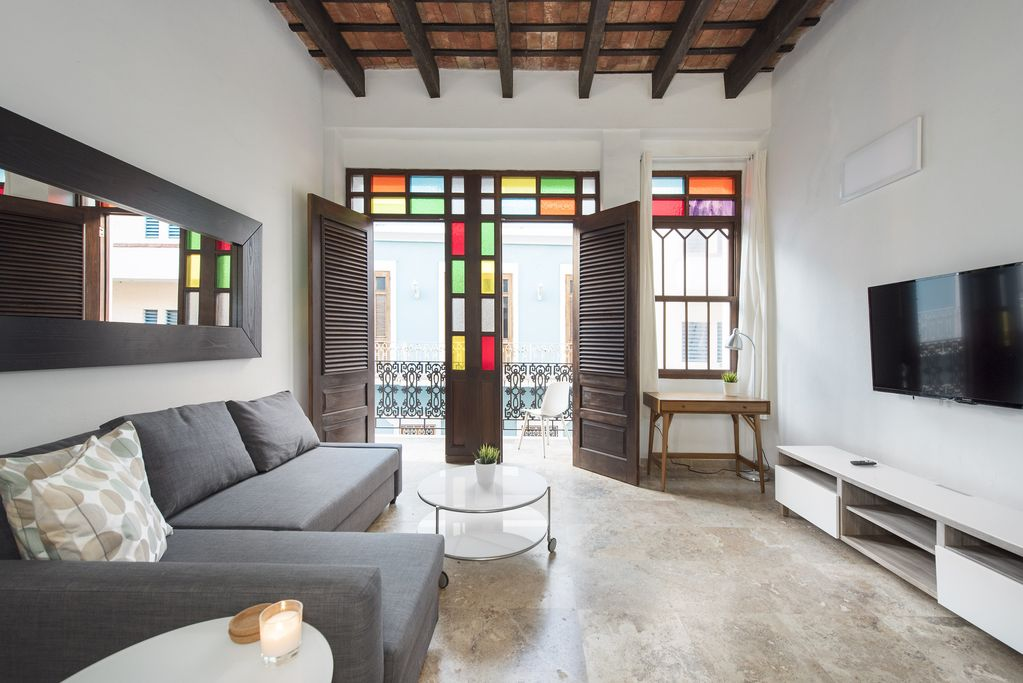 Beautiful Colonial Apartment With Balcony Abc