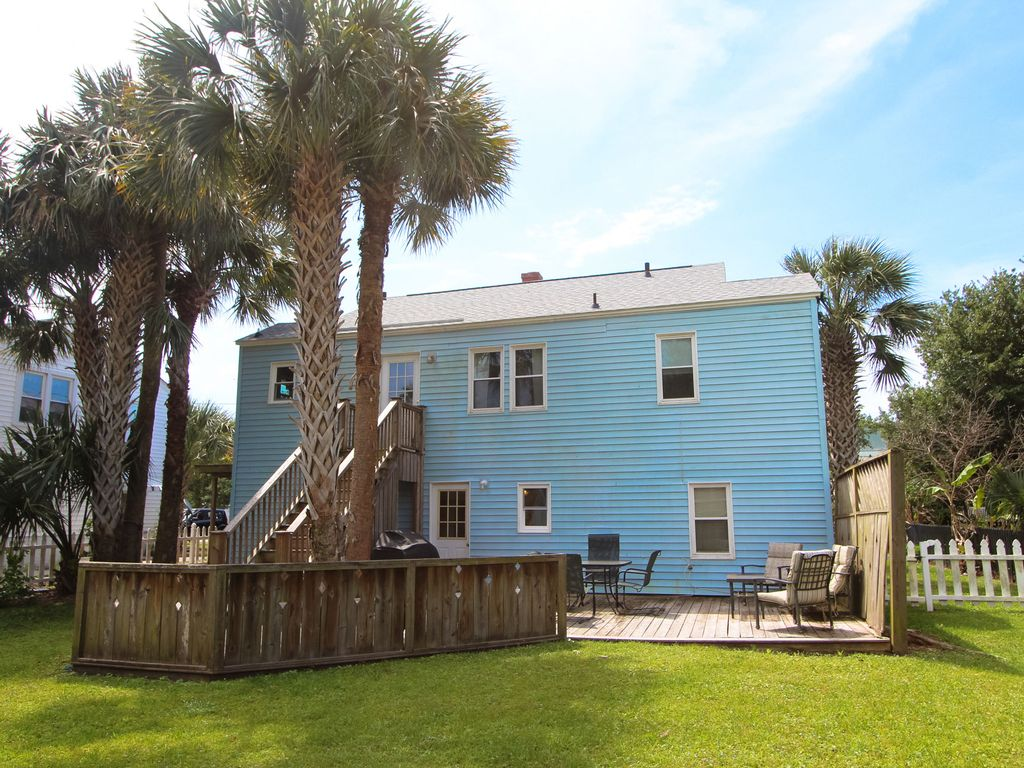 Charming dog friendly beach house condo isle of palms for Charleston dog house