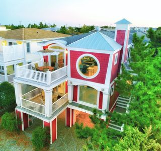 Steps to the beach, Pool, Hottub, 4300 sq ft, 6 BRs, 5.5 baths, chef's kitchen