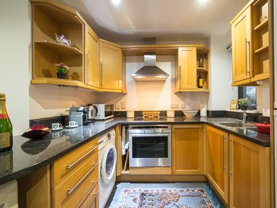 Photo for * Walk to Tower Bridge * Zone 1 Apt - 2 Bath - Lift - Balcony