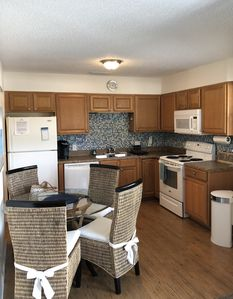 Beachside condo near the beach, shopping, dining. Location is key. Crescent Area