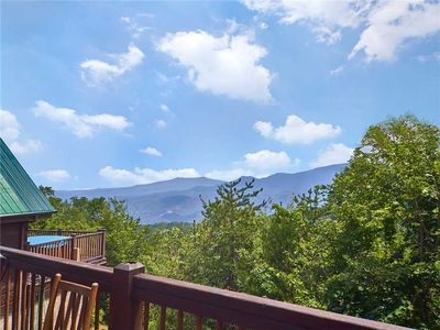 You'll never tire of the view - From Bear Pause you can gaze out at Mount Conte and the slopes of Ober Gatlinburg Amusement Park & Ski Resort, which is just five minutes away. You might even see falcons and eagles swooping across the sky.