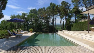 Infinity pool with views of the Luberon