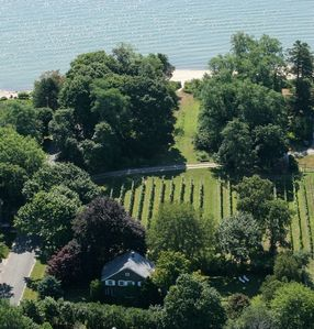Old Bay Home: 4 bed house with large garden, vineyard views and private beach