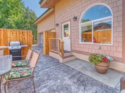 Photo for NEW LISTING! Family-friendly bungalow w/private hot tub - dogs ok!