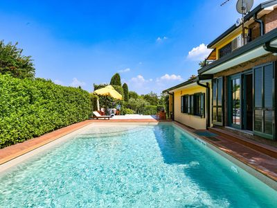 Photo for Private Villa with A/C, hot tub, private pool, WIFI, TV, patio, panoramic view, close to Sirmione