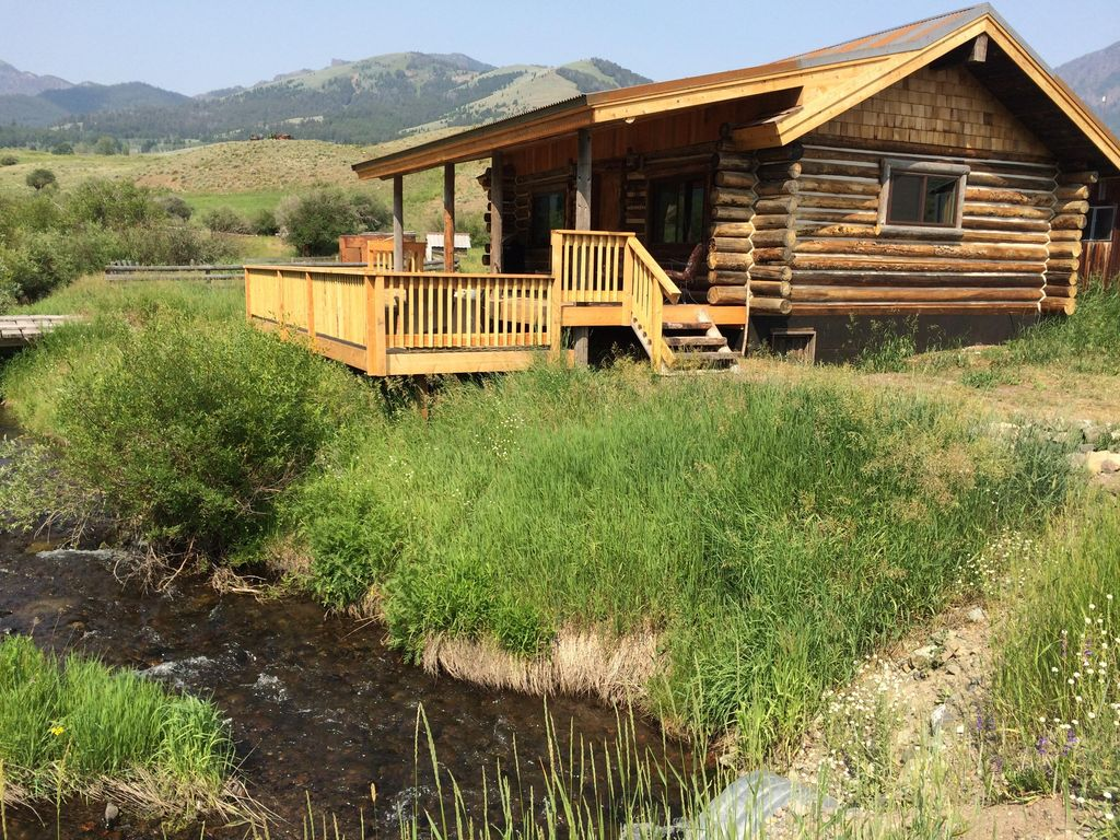 Yellowstone park cabin on private creek vrbo for Yellowstone log cabin hotel