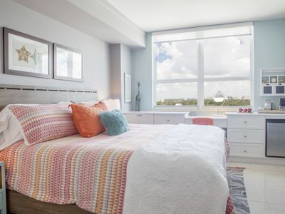 Coconut Grove: Renovated 10th Fl private unit -Parking Included
