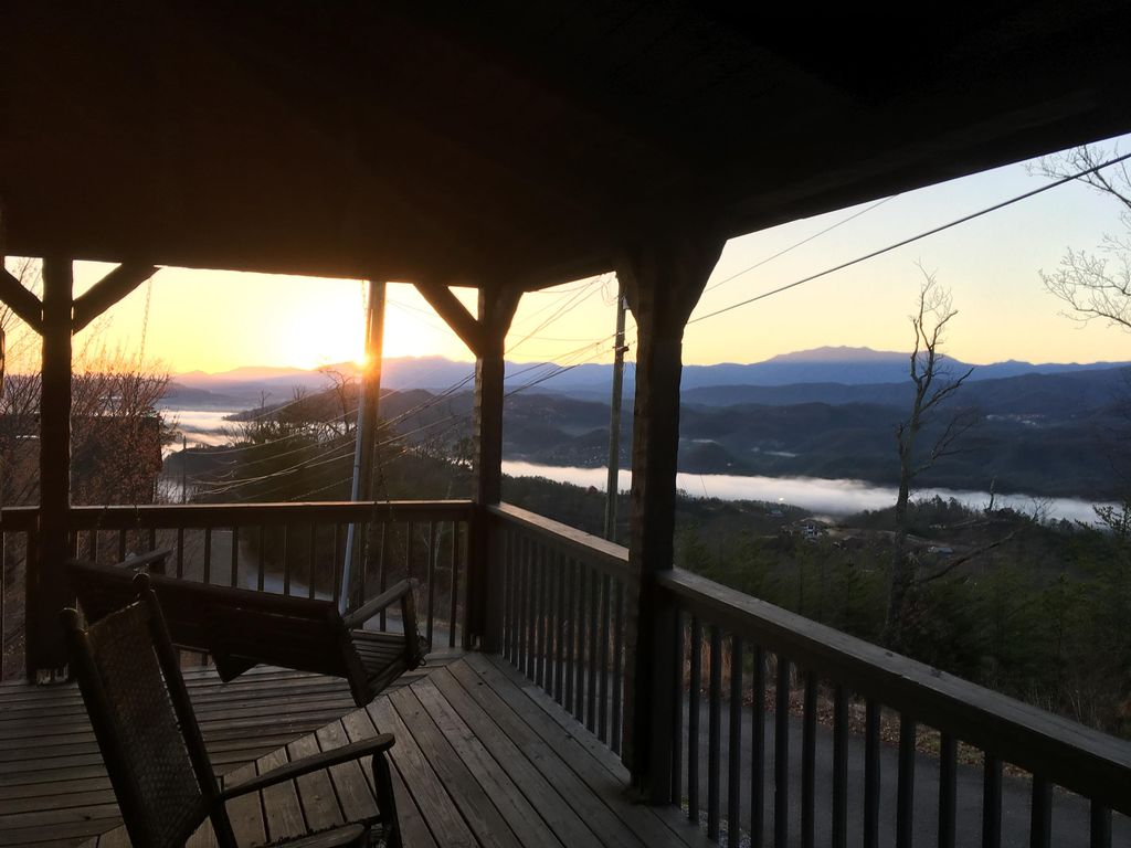 Lynn S Lookout 6 1 2 Miles Off The Parkway At Traffic Light 3 Vrbo