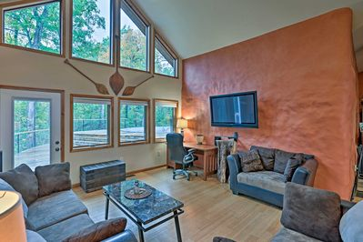 Look forward to a quiet, comfortable getaway with easy access to wineries, hiking trails and Southern Illinois University!