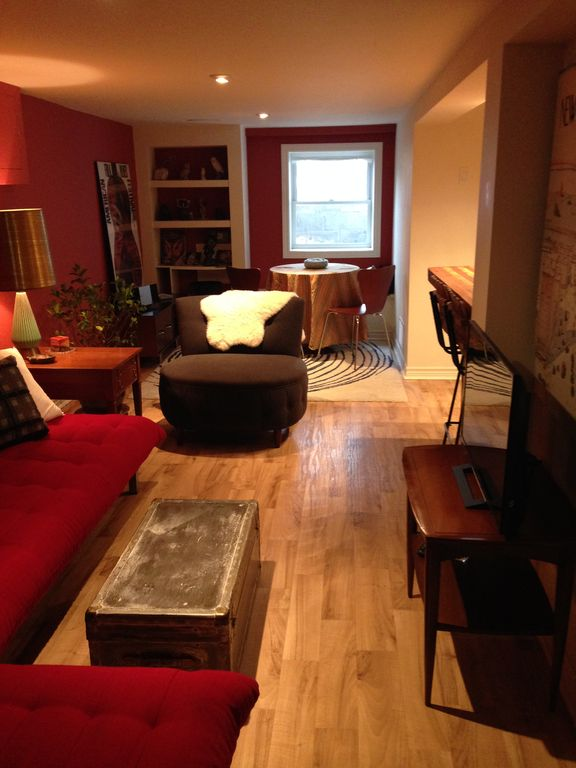 Leslieville Warm Cosy Apartment