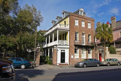 Miraculous Mid 1700S Carriage House W Courtyard Gated Parking And A Full Kitchen Downtown Charleston Download Free Architecture Designs Itiscsunscenecom