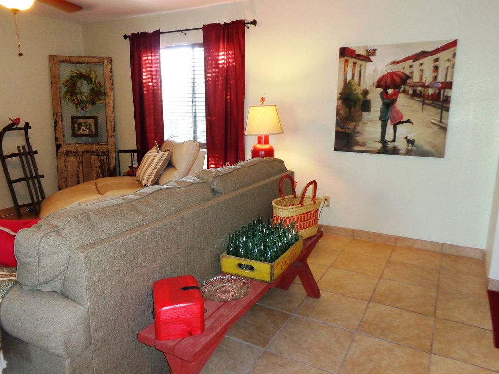 Neat as a pin east side condo with patio and pool for Garage ad merlevenez